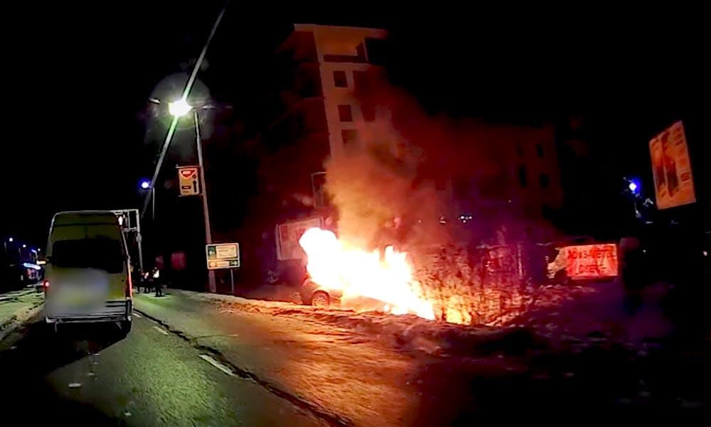 Óriási lángokkal égett egy autó Budán a Szerémi úton (Videó)