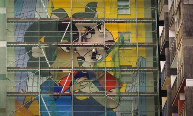 A Macskafogó Grabowskija néz le mától az egyik pesti tűzfalról