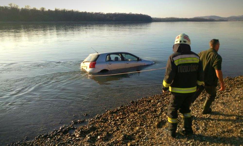 Dunába hajtott és elsüllyedt egy autó Dömsödnél