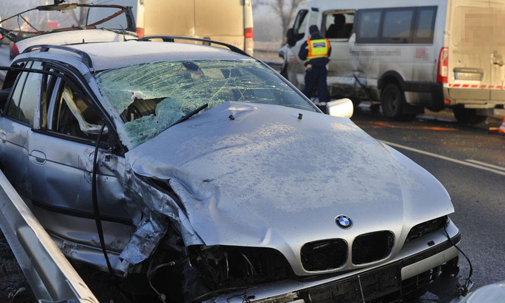 Két baleset a 4-esen, Üllőnél teljes az útzár