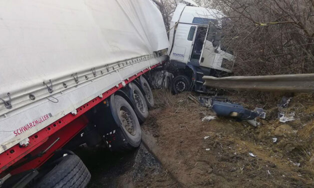 Kamion csúszott az árokba, lezárták az M1-es autópályát