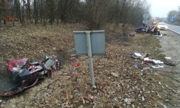 Durva baleset: a felismerhetetlenségig összetört egy autó az M2-es autóúton