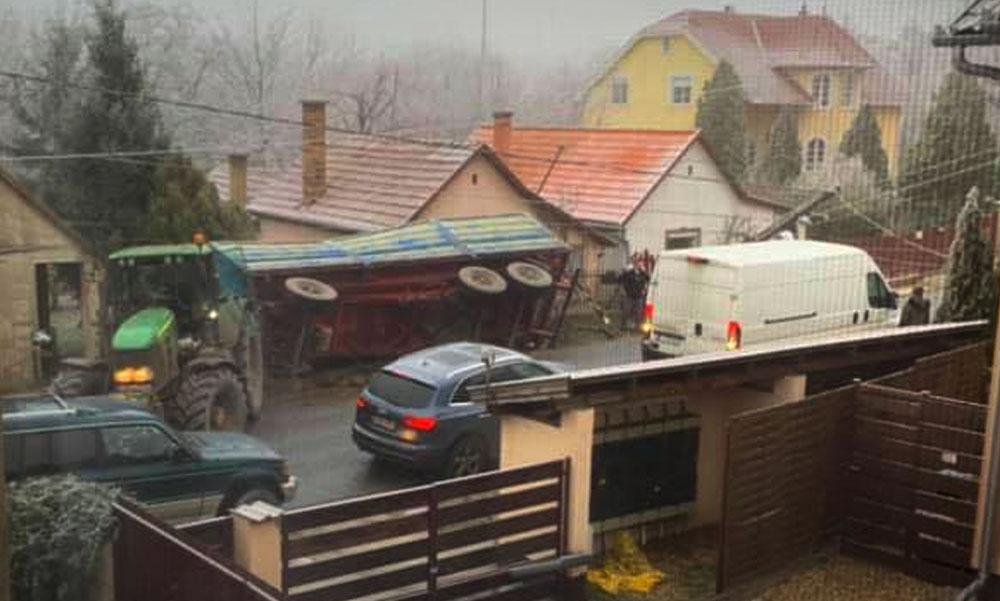 Leszaggatta a villanyvezetéket az árokba borult traktorutánfutó Gyömrőn