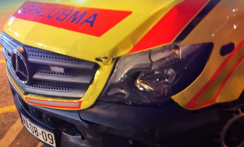 Mentőautóval ütközött egy autós, a sofőrnek fogalma nem volt a KRESZ-ről