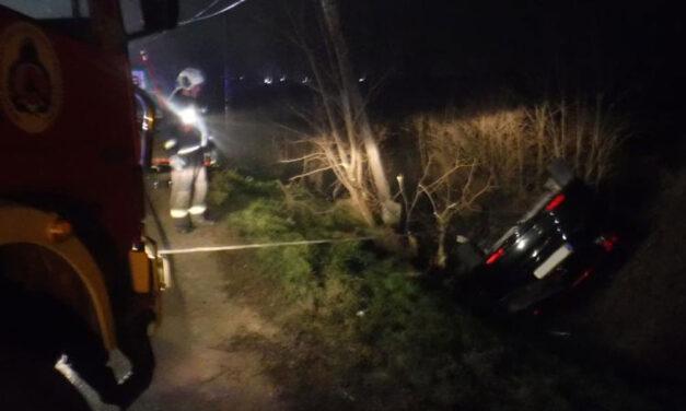 Az árokba csapódott egy autó, a szupercsúszós pátyi úton