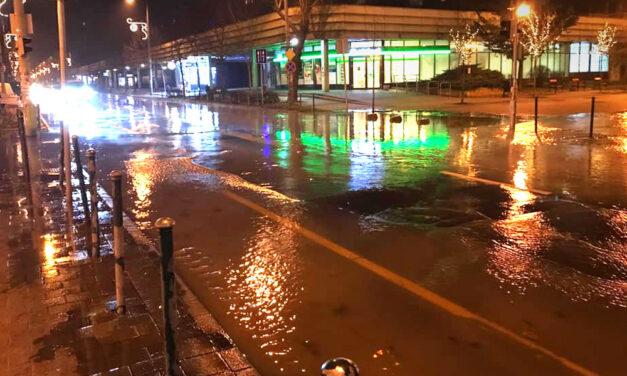 Csőtörés miatt ömlik a víz az egyik csepeli utcán