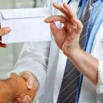 A pofátlan orvosbárók rengeteg hálapénzzel húzzák le a betegeket, de ez nem zavarja a minisztert