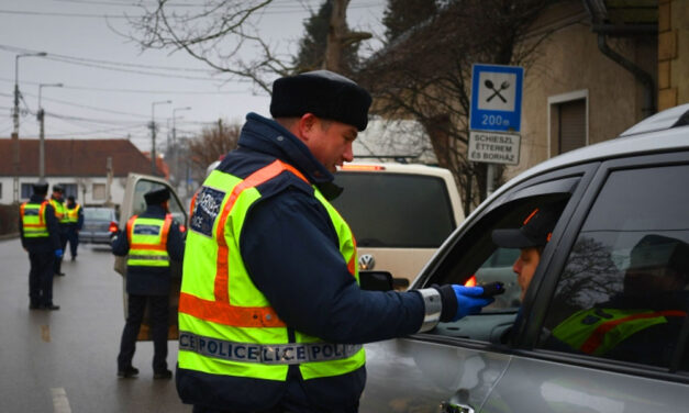 Rendőrségi razzia Szentendrén, ellepték az utcákat az egyenruhások