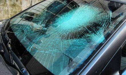 Súlyos sérülései vannak annak a férfinak, aki a szévédőbe szorult, miután elgázolta egy BMW-s