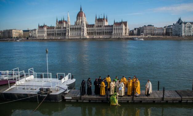 Dunavizet kortyolt egy pap a Parlament előtt