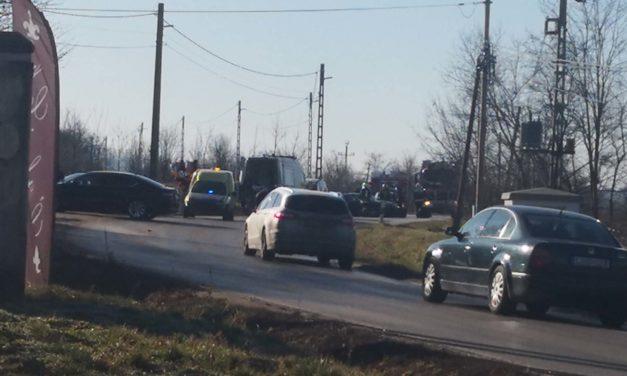 Három autó ütközött Pátyon, mentőhelikopter érkezett a helyszínre