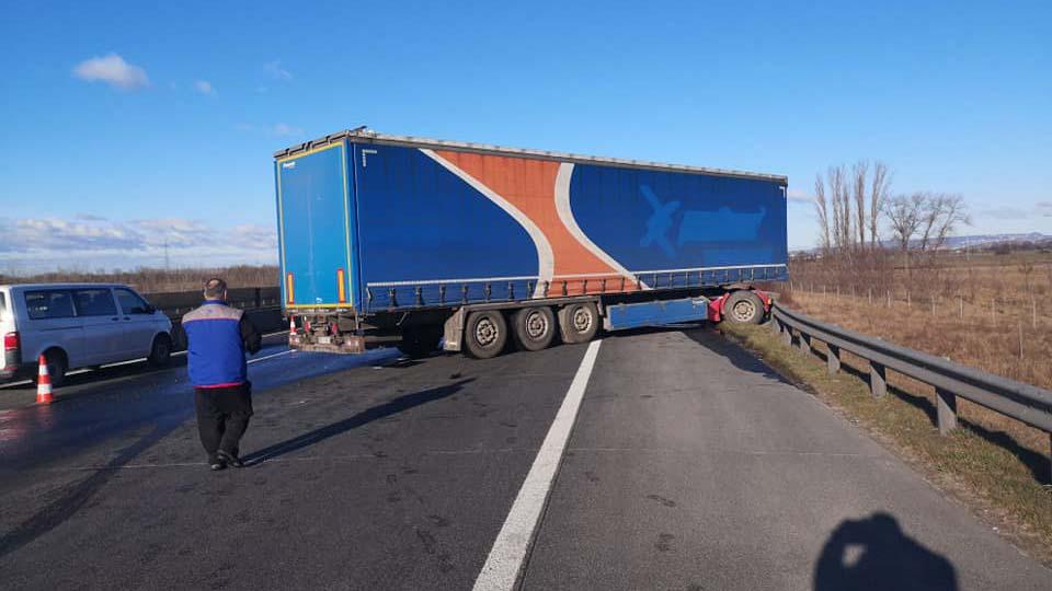 Kamionok ütköztek az M0-áson, több kilométeres a torlódás