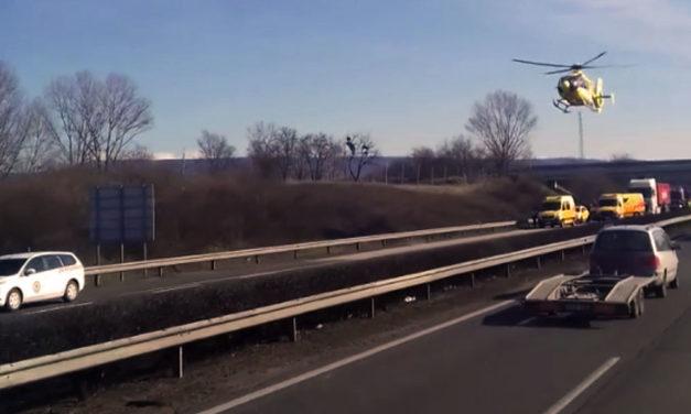 Teljesen lezárták az M1-est, három áldozata van a súlyos balesetnek