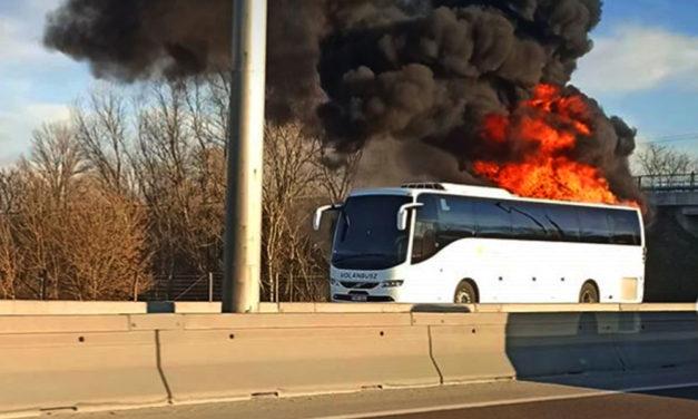 Kigyulladt egy autóbusz az M3-ason, torlódás van az autópályákon