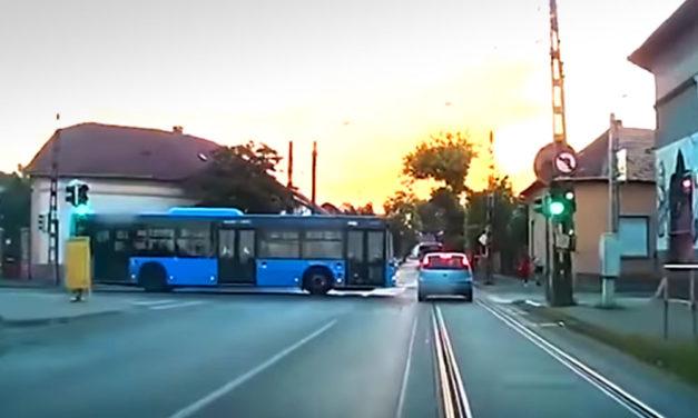 Belehajtott a BKV busz az Opelbe, szegény autós nem tudott mit tenni