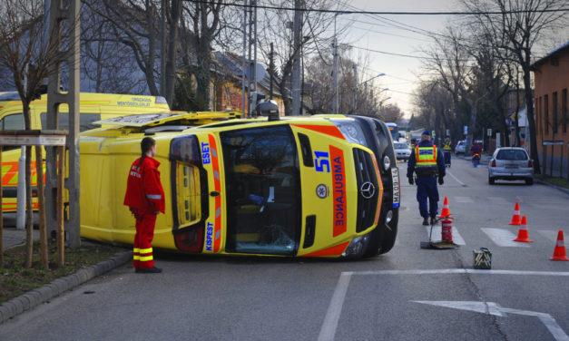 Felborult egy mentőautó Budapesten
