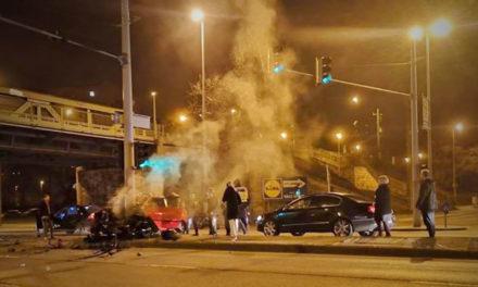 Villanyoszlopnak csapódott egy autó, lezárták a Váci utat