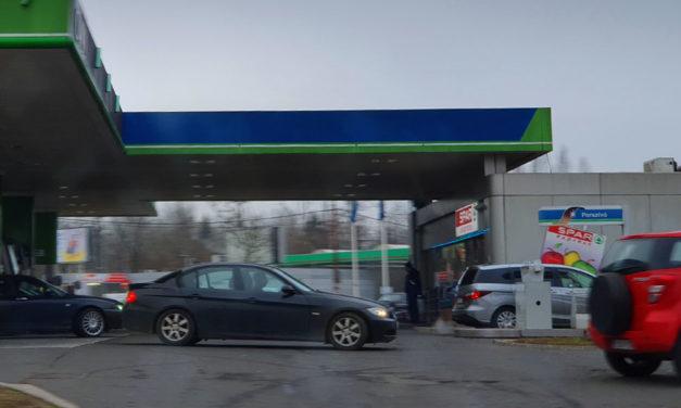 Vége a sorban állásnak a benzinkutakon, csak tankolunk és elhajtunk