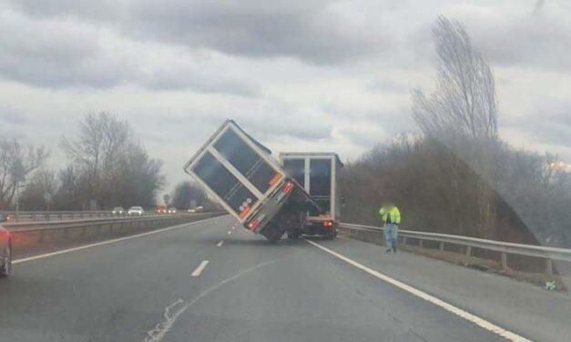 Szélvihar: felborult egy kamion az M7-esen