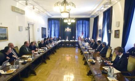 Egy nagy asztalnál a főpolgármester a hatalmi viaskodásról beszélt
