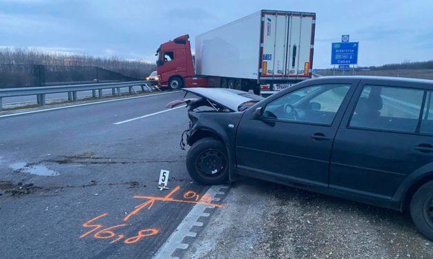 Ittas sofőr miatt fordult keresztbe egy kamion az M4-esen