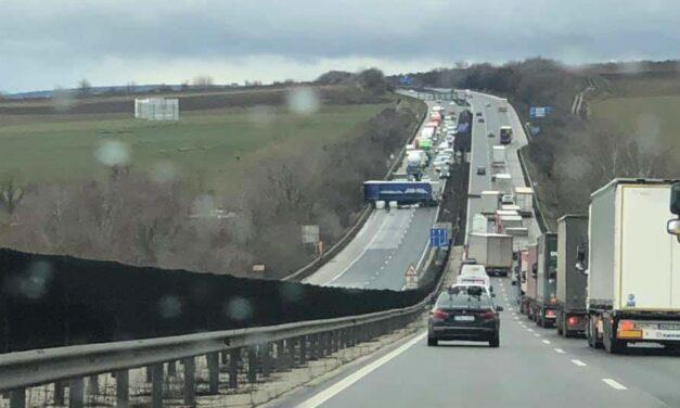 Keresztben áll egy kamion az M1-es autópályán, elterelik a forgalmat