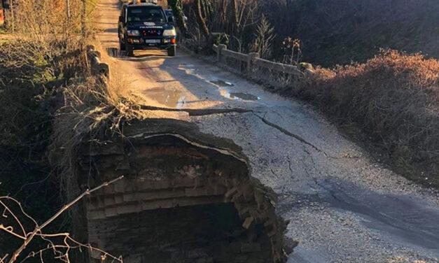 Leszakadt egy híd Piliscsabán, a katasztrófavédelem a helyszínre vonult, mentőkutyát is bevetettek