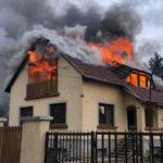 Lángolt egy családi ház Piliscsabán, útzár volt a környéken
