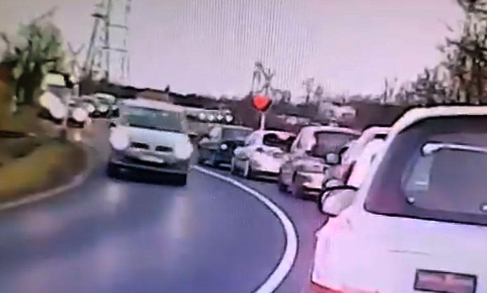 Az idióta autós éppen csak áthajtott az érkező vonat előtt