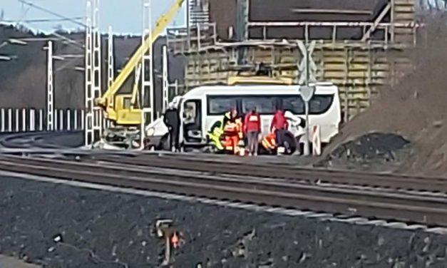 Rosszul lett a busz sofőrje, áttörte a vasúti sorompót
