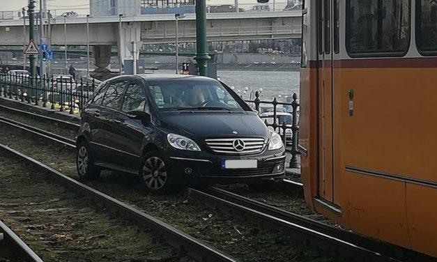 A sínekre hajtott egy 70 éves asszony az autójával, leállították a forgalmat
