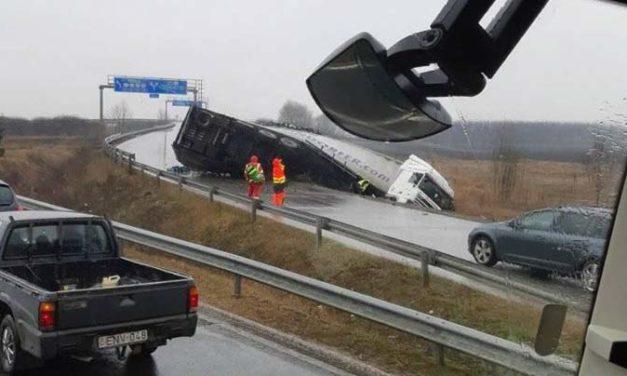Lezárták az M4-es autóutat baleset miatt, Szentendre és Pomáz között is karambol van