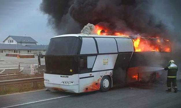 Kigyulladt egy busz az M0-son, 40 embernek kellett menekülnie