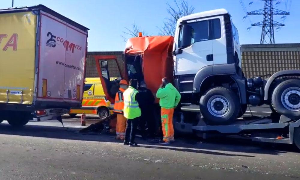Három kamion ütközött az M0-áson, óriási a dugó