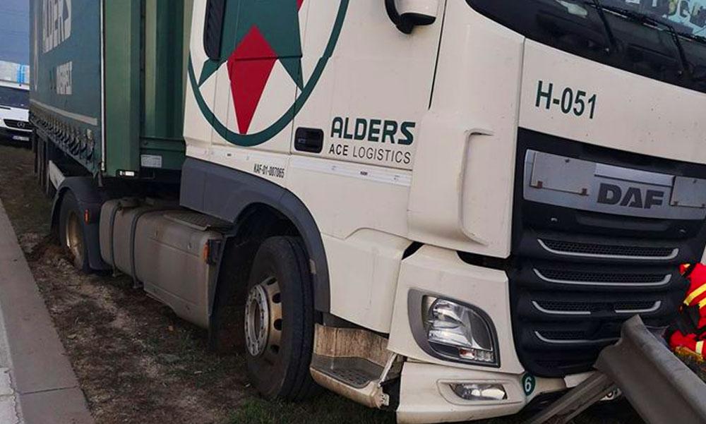 Felborult egy kamion az M0-áson, óriási a torlódás