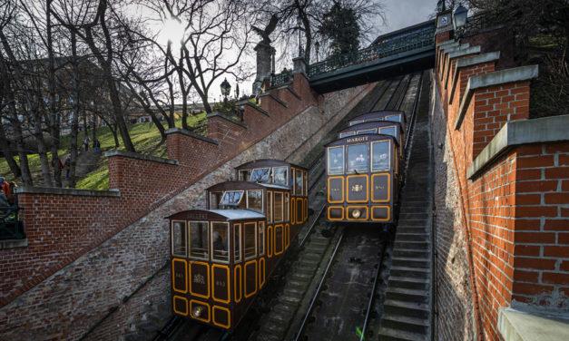 Születésnapos a Budavári Sikló, 150 éve jár a hegyoldalon a két kiskocsi