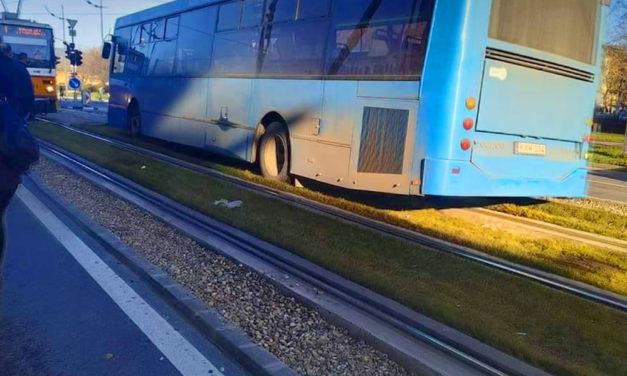 Nem jár az 1-es villamos, mert egy BKV busz elakadt a síneken