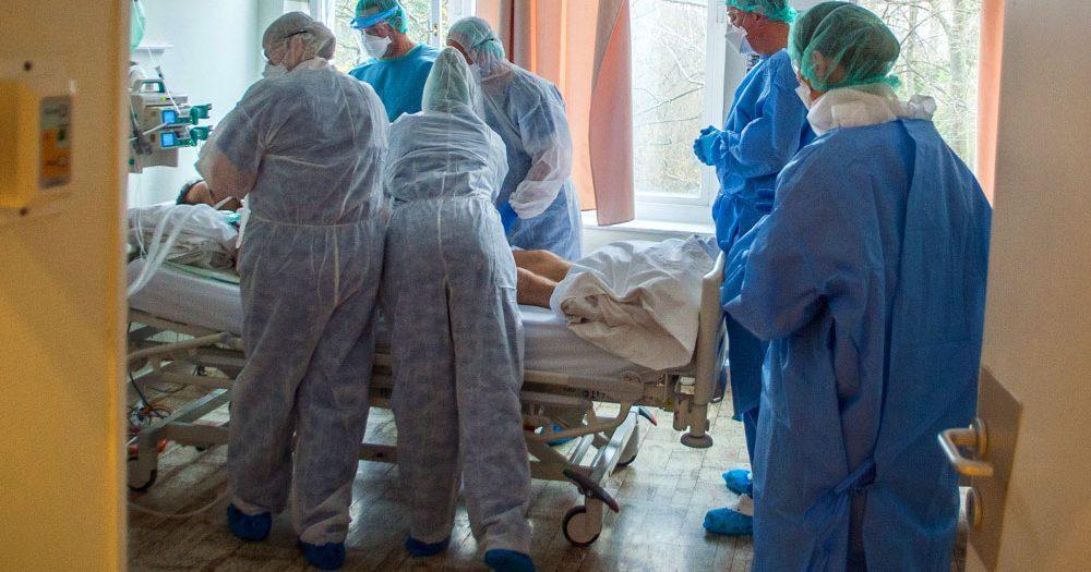 17 ezer fölé emelkedett a járvány miatt elhunytak száma, 1008-an vannak lélegeztetőgépen – közben két új terápiával próbálják menteni a lélegeztetett betegeket a Covid centrumokban