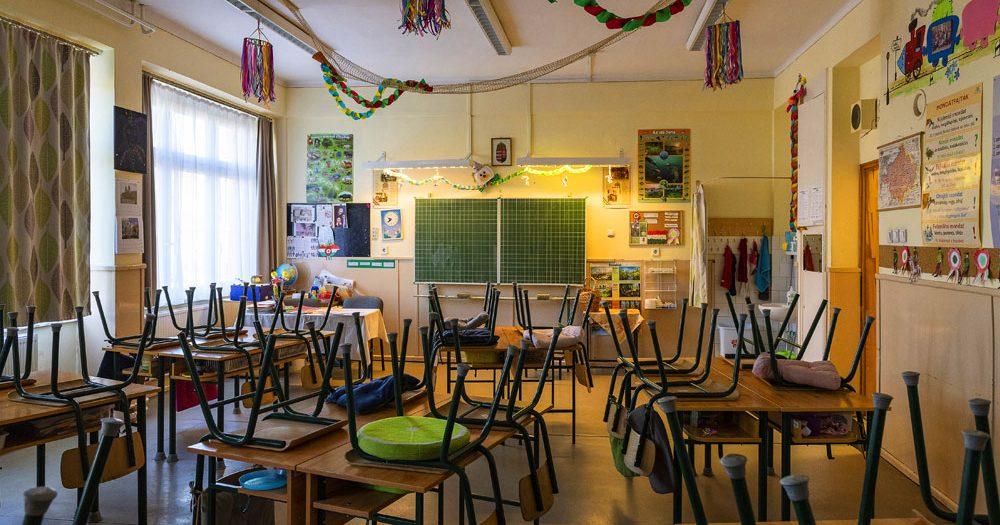 Megint bezárták azt az iskolát, ahol koronavírusban korábban meghalt egy tanár, közben máshol is elrendelték a digitális oktatást