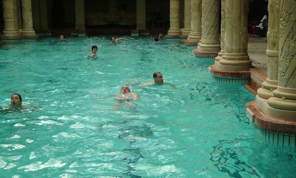 Fokozatos nyitás: hétfőtől újra mehetnek uszodába az iskolások, Budapesten sorra nyitnak a fürdők és szabadtéri színházak