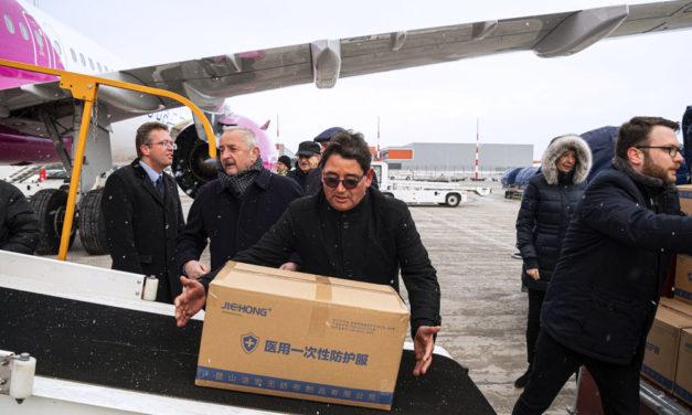 Leszállt Ferihegyen a Kínából a védőfelszereléseket szállító repülő