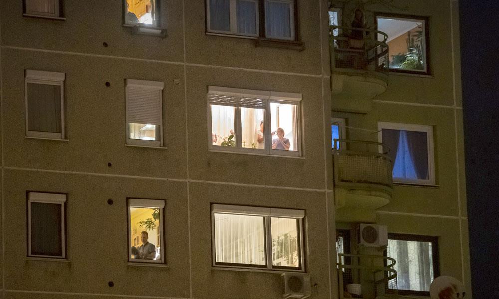 Fantasztikus hálatapsok a pesti lakótelepeken és spontán koncertek az erkélyeken
