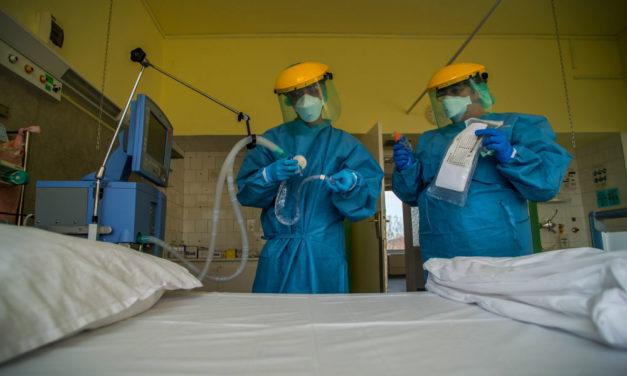 Kötelezővé teszik az egészségügyi dolgozók vezényelhetőségét, de kapnak 500 ezer plusz pénzt