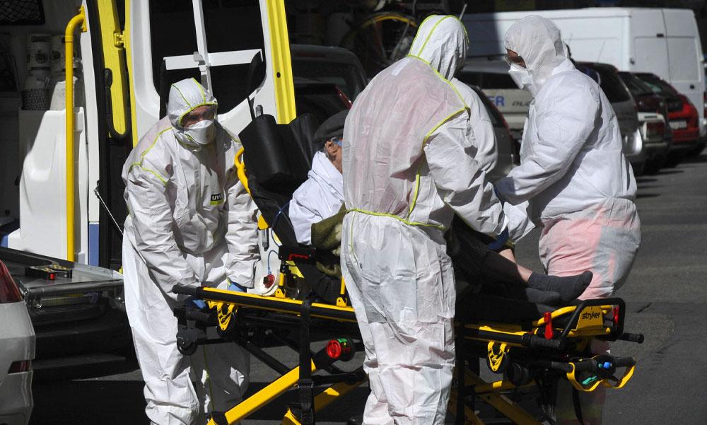 844 új koronavírusos fertőzöttet azonosítottak: akár 48 órát is várni kell a mentőkre, mire kiérnek a mintavételre