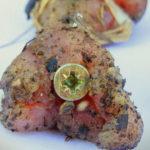 A kegyetlen állatkínzó szögekkel átszúrt húst szórt szét az utcán