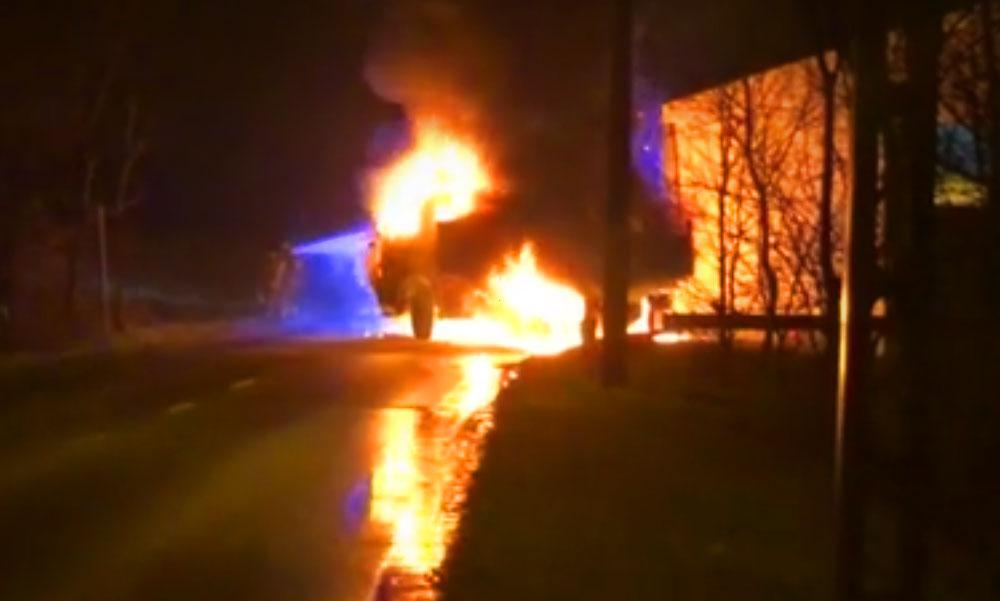 Óriási lángokkal égett két autó a Nagykovácsi úton