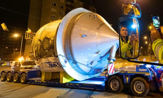 Óvatosan az autópályán! Ismét egy óriásjármű araszol Budapesten és az agglomerációban