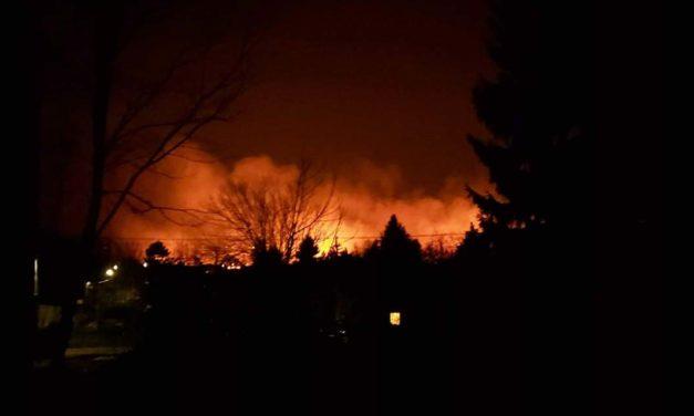 Óriási lángokkal ég egy bozótos Csörögön