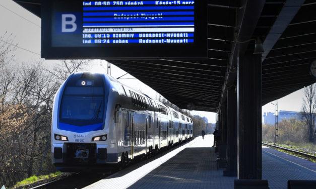 Forgalomba állt az első emeletes vonat, örömködhetnek a ceglédi vonalon