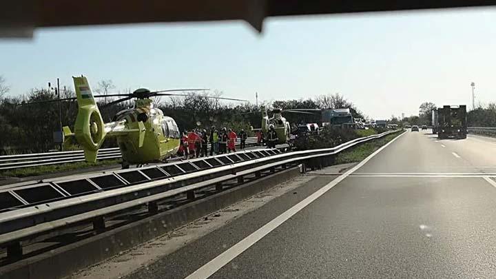 Mentőhelikopterek az M3-ason, lezárták a forgalmat
